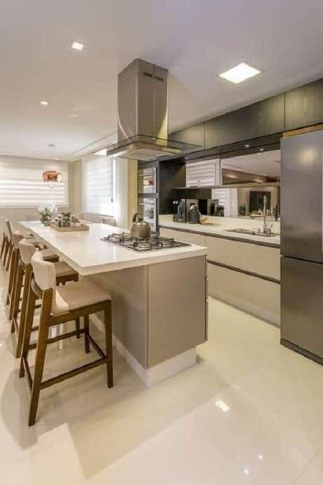 27. Decoração clean para cozinha com cooktop e coifa sobre a ilha – Foto: Jeito de Casa