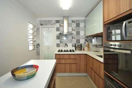 30. Decoração para cozinha compacta com cooktop planejada com armários de madeira – Foto: Condecorar Arquitetura e Interiores