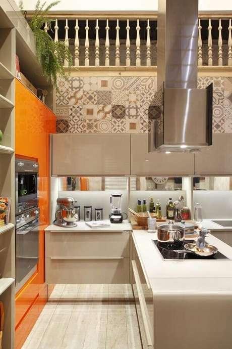 31. Cozinha planejada com cooktop e revestimento estampado – Foto: Lamego Mancini Arquitetura