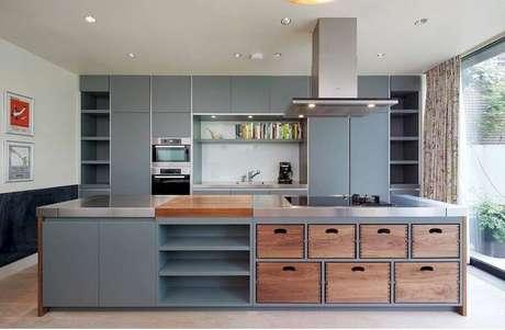 33. Decoração moderna toda cinza com detalhes em madeira para cozinha com cooktop em ilha grande – Foto: Pinterest