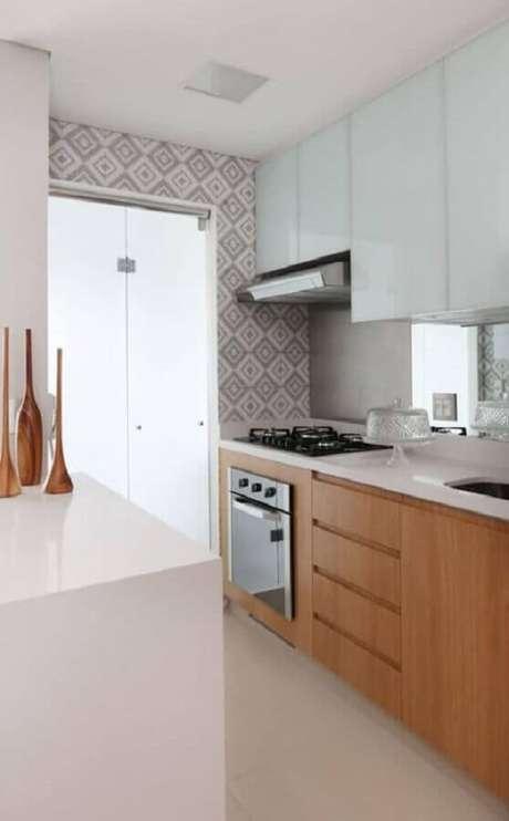 36. Decoração simples para cozinha planejada com cooktop e armários de madeira – Foto: Arquitrecos