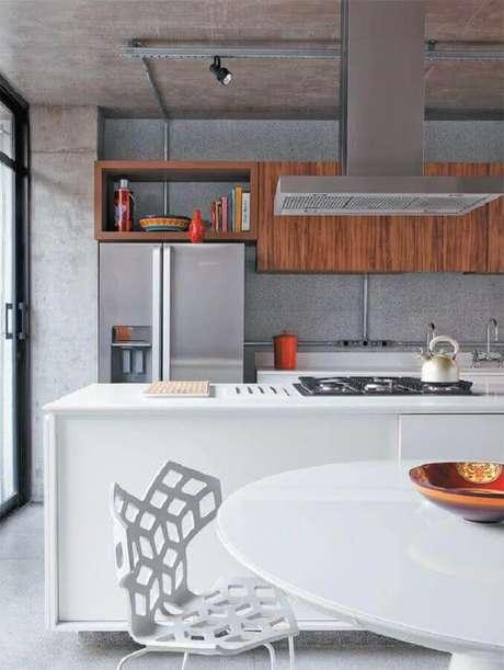 38. Decoração moderna para cozinha com cooktop em ilha branca – Foto: Studio Mira Arquitetura