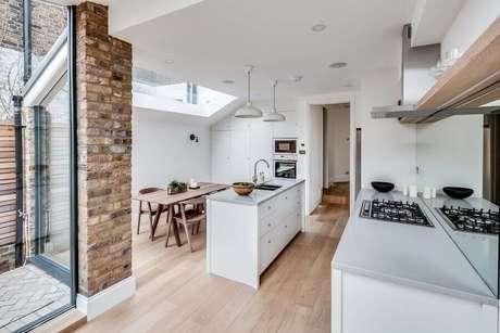 43. Decoração toda branca para cozinha planejada com cooktop – Foto: Spiring Design