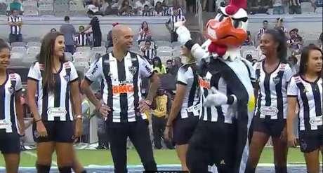 Mascote do Galo assedia jogadora antes de partida e torcedores opinam