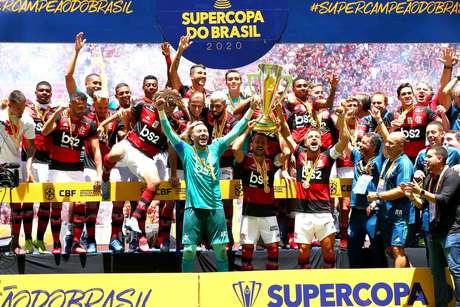 Flamengo levanta a taça de campeão da Supercopa.