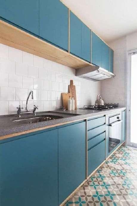 48. Decoração simples para cozinha planejada com cooktop e armários azuis – Foto: Fernandes & Fernandes
