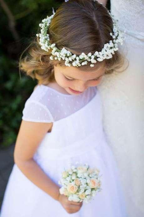 12. As daminhas podem receber uma coroa especial feita com flor mosquitinho. Fonte: Pinterest