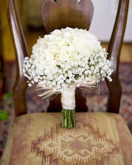 16. Buquê delicado feito com rosas brancas e flor mosquitinho. Fonte: Salve a Noiva