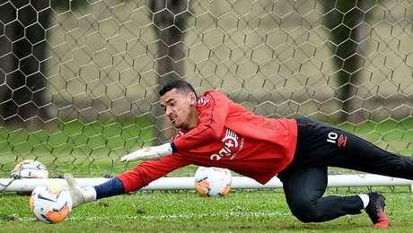 Santos desfalca o Athletico por cerca de um mês.