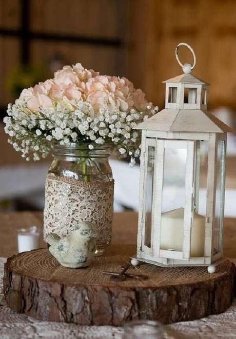 15. Decore o centro de mesa com flor mosquitinho e lanterna marroquina. Fonte: Pinterest