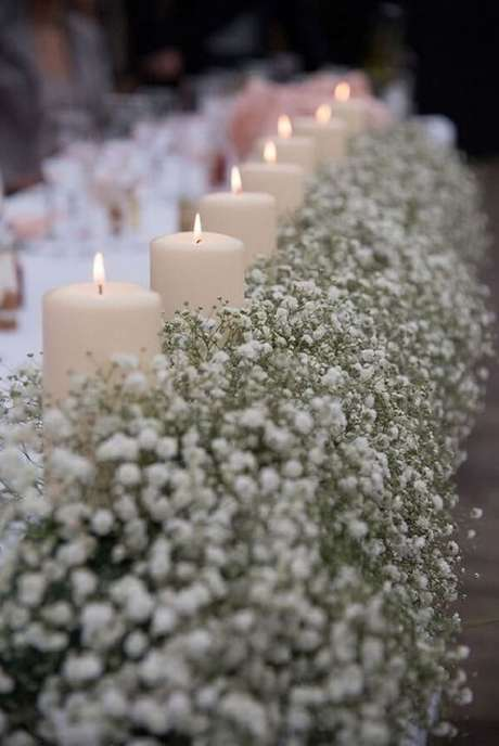 13. Decoração delicada com flor mosquitinho e velas. Fonte: Pinterest