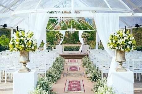 20. A entrada da noiva foi forrada com flor mosquitinho. Fonte: Zankyou
