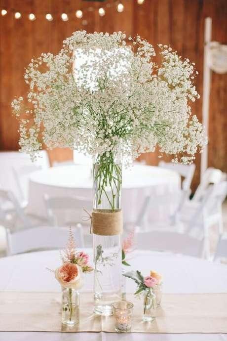 24. A mesa de convidados pode ser decorada de forma especial com flor mosquitinho. Fonte: Pinterest