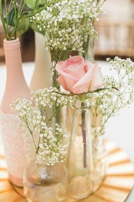 7. A rosa junto com a flor mosquitinho na garrafa pode compor um lindo arranjo de centro de mesa. Fonte: Pinterest