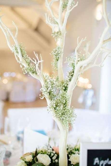 25. Acomode pequenos arranjos da flor mosquitinho na árvore. Fonte: Pinterest