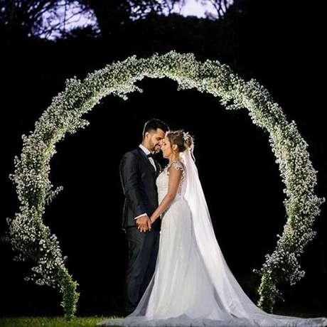 26. Arco feito com flor mosquitinho para festa de casamento. Fonte: Pinterest