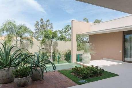 8. Invista em uma bela decoração para área externa com jardim residencial – Foto: Jannini Sagarra Arquitetura