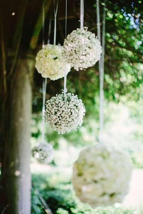 27. Bolas decorativas penduradas feitas com flor mosquitinho. Fonte: Salve a Noiva
