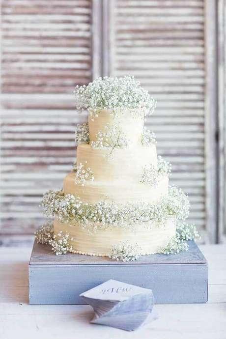 5. Bolo rústico para casamento decorado com flor mosquitinho. Fonte: Enfim Noivei
