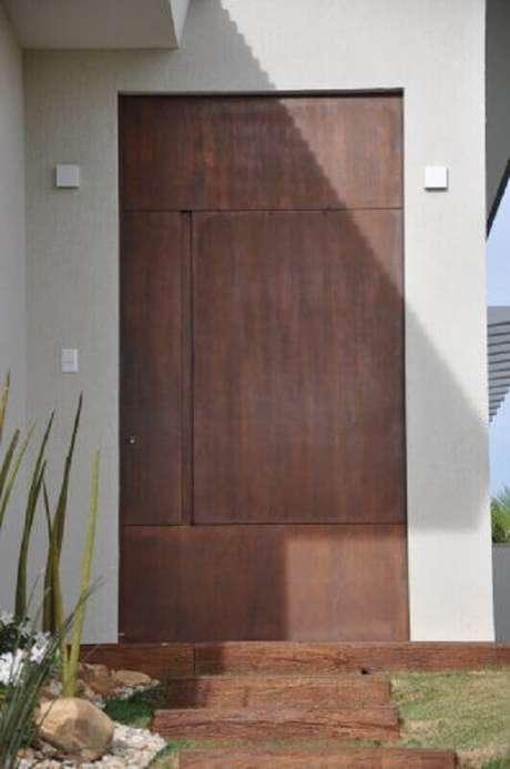 8. A porta de ferro pode dar um ar arrojado à fachada da casa – Foto: Univence Construtora