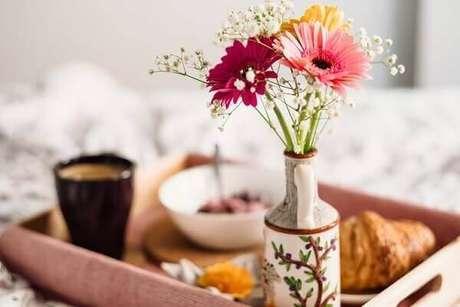 4. Café da manhã especial com flor mosquitinho e gérberas coloridas. Fonte: Pinterest