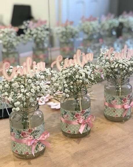 30. Centro de mesa personalizado com flor mosquitinho. Fonte: Detalhes Ateliê