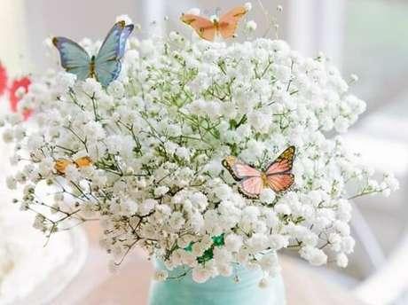 3. Complemente o arranjo de flor mosquitinho com borboletas de papel. Fonte: We Share Ideas