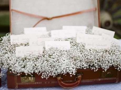 43. Forme um lindo enfeite decorativo usando mala e flores mosquitinho. Fonte: Pinterest
