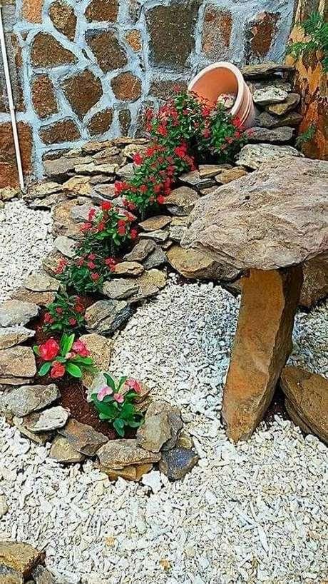 13. O jardim residencial com flores fica super charmoso e romântico – Foto: Gardenhouz