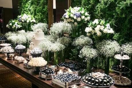 34. Decoração de casamento com flores mosquitinho e rosas. Fonte: Revista iCasei