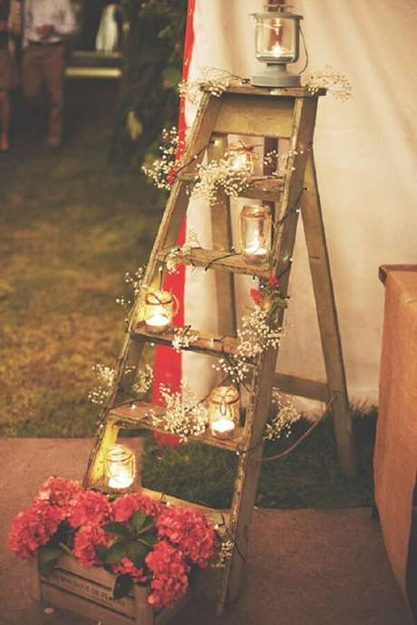 40. A estante escada pode compor lindamente a decoração da festa. Fonte: Vestidos de Noiva