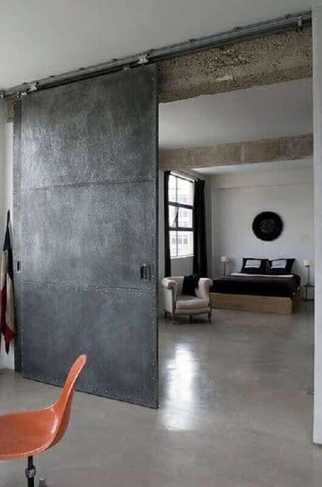 9. A porta de ferro de correr combina muito com ambientes com estilo industrial – Foto: Pinterest