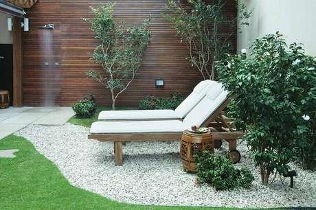 17. Decoração para jardim residencial com pedra e espreguiçadeira – Foto: Jardim Design