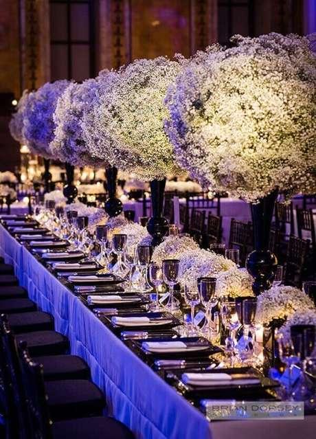 35. Decoração luxuosa feita com flor mosquitinho. Fonte: Salve a Noiva