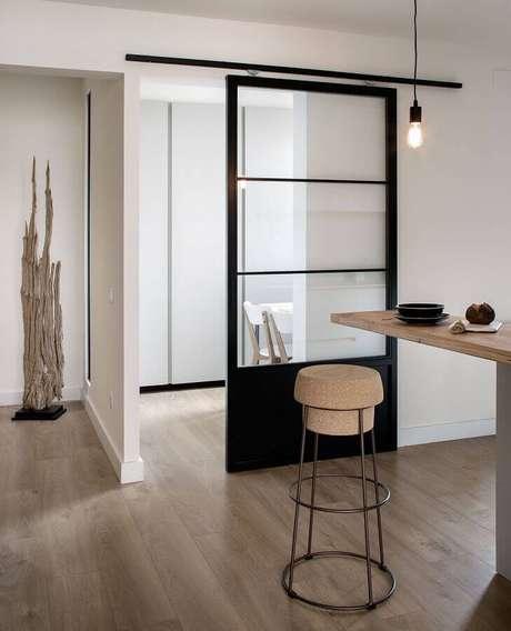 10. Decoração minimalista com porta de ferro de correr – Foto: Tanner Garner