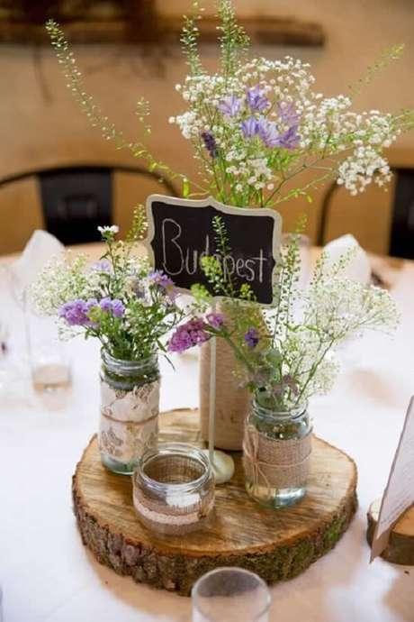 41. Decoração de casamento rústica feita com potes de vidro e madeira. Fonte: Como Fazer em Casa