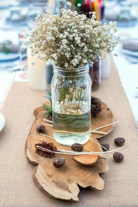 36. Decoração rústica com pedaço de madeira e flor mosquitinho. Fonte: Meu Bistrô