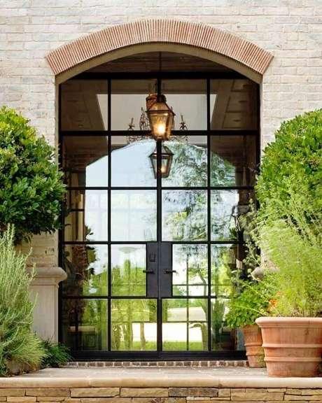 6. É possível encontrar diversos modelos de porta de ferro com vidro – Foto: Pinterest