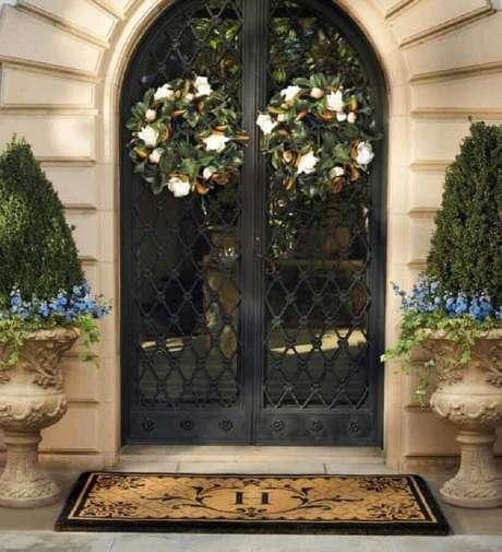 11. Lindo modelo de porta de ferro com vidro para fachada com estilo clássico – Foto: Pinterest