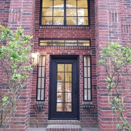 1. A porta de ferro é um clássico na decoração – Foto: Alberto Marin A&M Iron Doors
