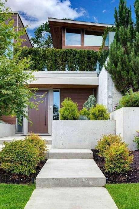 19. Fachada de casa moderna com jardim residencial – Foto: Pinterest
