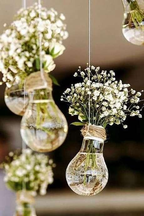 48. As lâmpadas penduradas servem de apoio para as flores mosquitinho. Fonte: Pinterest
