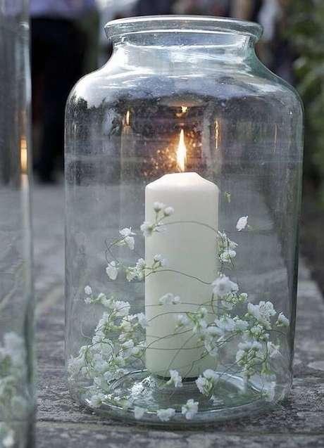 8. Forme um lindo enfeite colocando a flor mosquitinho dentro do pote de vidro com vela. Fonte: Pinterest