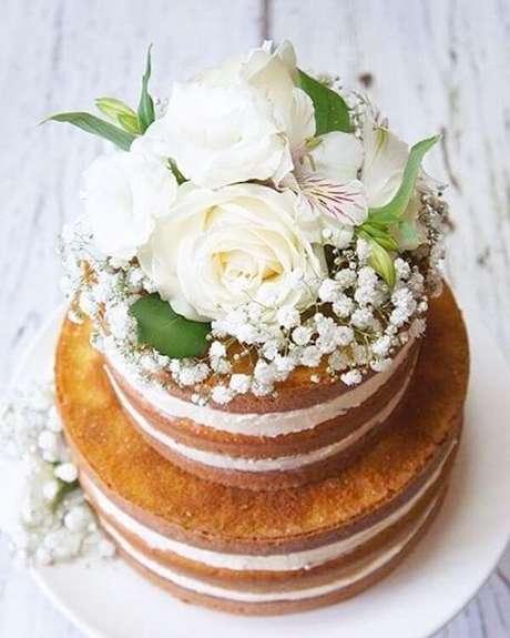47. Rosas e flores mosquitinhos decoram o topo de bolo. Fonte: Casa e Festa