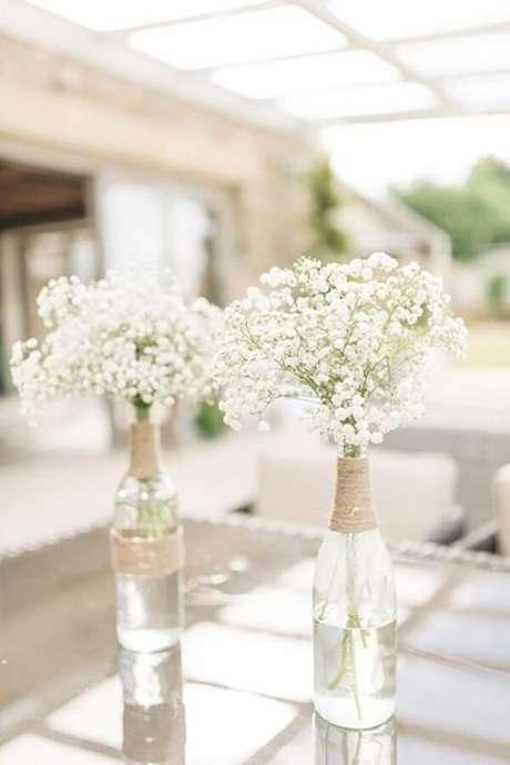 44. Flor mosquitinho na garrafa de vidro decorada com corda de sisal. Fonte: Casa e Festa