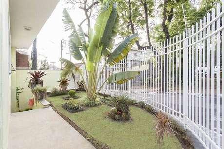 21. Jardim residencial simples para frente de casa com portão branco – Foto: TT Interiores