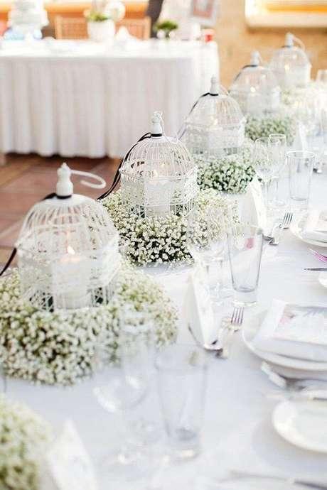 50. Gaiolas decorativas com flor mosquitinho e velas para a decoração de casamento. Fonte: Pinterest