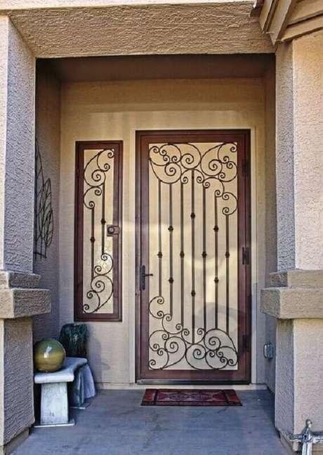 15. Fachada com grade de ferro para porta de entrada – Foto: Pinterest