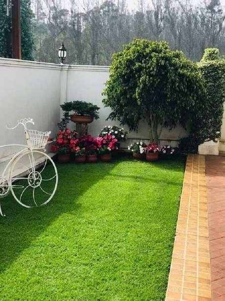 22. Grama para jardim decorado com vasos de flores pequenas – Foto: Pinterest