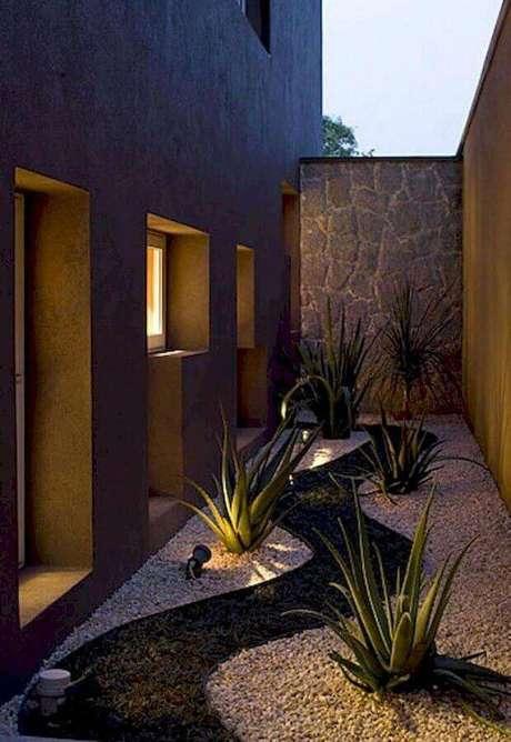 24. Projeto de iluminação para jardim residencial com pedras brancas – Foto: Pinterest